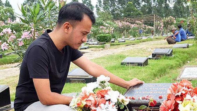 Ruben Onsu kerap mendatangi makam Olga Syahputra (Foto: Instagram)