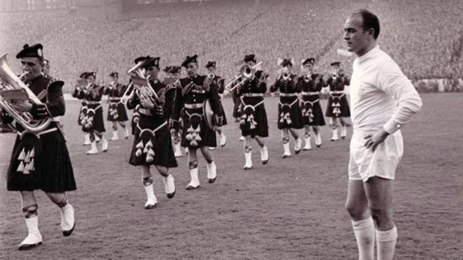 Bintang Real Madrid Alfredo Di Stefano menyaksikan musisi tradisional Skotlandia pada final Piala Champions 1960 melawan Eintracht Frankfurt. (Twitter)