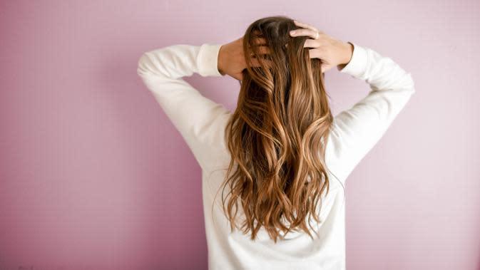 ilustrasi cara memanjangkan rambut dengan memijat rambut/unsplash