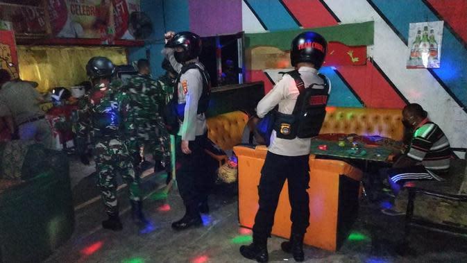 Satuan Sabhara Polres Gorontalo Utara, Kamis malam (28/5/2020), menggelar patroli penertiban kafe dan tempat hiburan malam yang masih bandel tetap buka di masa Pembatasan Sosial Berskala Besar (PSBB). (Liputan6.com/ Arfandi Ibrahim)