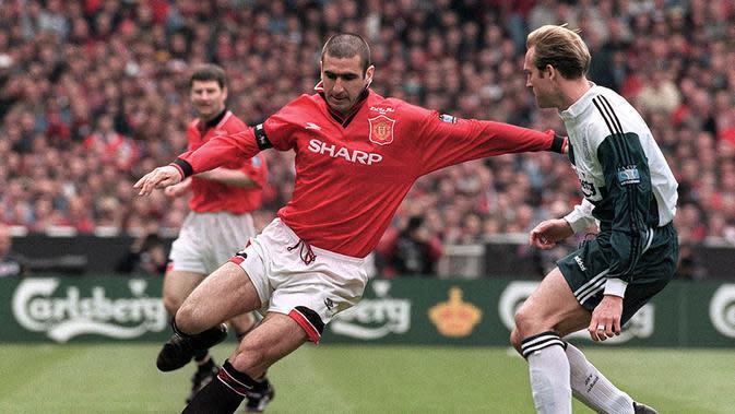 Eric Cantona merupakan salah satu icon kebangkitan MU era 90an. Pesepak bola bengal berkebangsaan Prancis ini menjadi salah satu pemain kesayangan fans Setan Merah. (AFP/Gerry Penny)