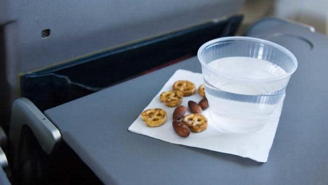 Meja nampan di dalam pesawat. (iStock)