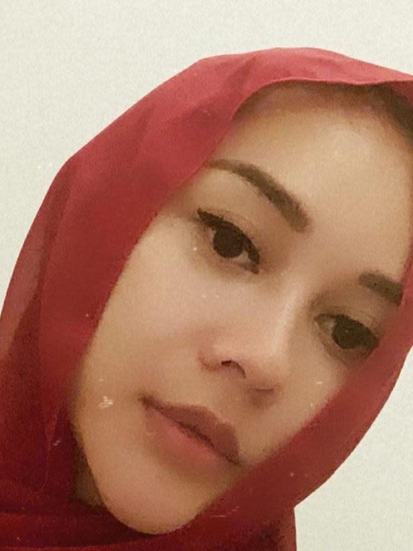 Hari berikutnya, perempuan 33 tahun asal Bandung itu juga membagikan potret utuh dengan hijab yang sama. Riasan tipis dan memoles bibir warna senada dengan hijab yang dikenakan. (Instagram/aurakasih)