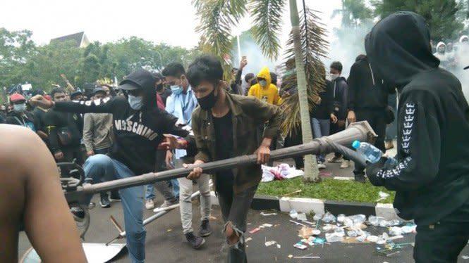 Demo di Kantor DPRD Provinsi Kalbar Ricuh, Sejumlah Remaja Diamankan