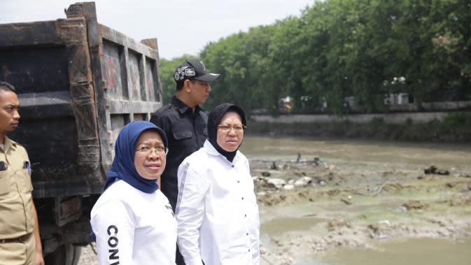 Wali Kota Risma meninjau Rumah Pompa Petekan dan Bozem Simo Hilir Surabaya (Liputan6.com/ Dian Kurniawan)