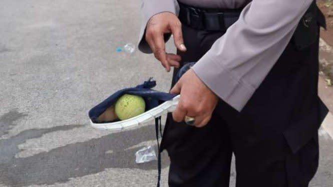 Polisi Selidiki Bola Kasti yang Dilempar Pendemo Omnibus Law