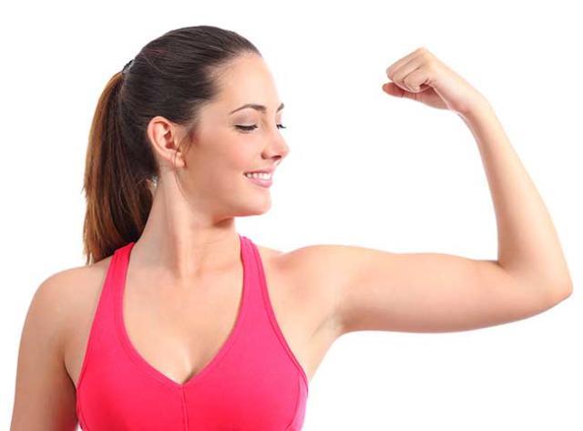 mujer mostrando el músculo de sus brazos
