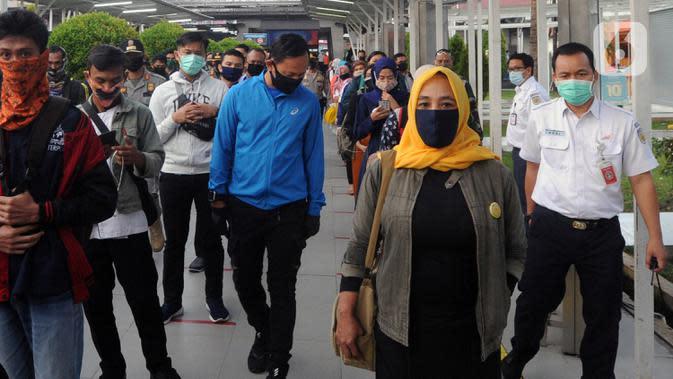 Wali Kota Bogor Bima Arya (tengah) saat meninjau Stasiun Bogor, Jawa Barat, Selasa (9/6/2020). Bima Arya mengunjungi Stasiun Bogor untuk melihat kesiapan aparat keamanan mengantisipasi antrean panjang serta penerapan protokol kesehatan pada penumpang KRL. (merdeka.com/Arie Basuki)