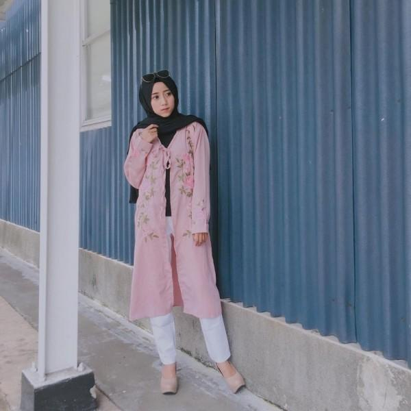 10 Gaya Hijab buat Hangout ala Selebgram Henni Kalista