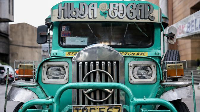 Kendaraan jeepney di sebuah jalan di Manila, Filipina (28/8/2020). Jeepney merupakan salah satu alat transportasi populer di Filipina. Sebagian besar jeepney dihias warna-warni, dengan desain lukisan dan ilustrasi terinspirasi dari budaya lokal dan internasional. (Xinhua/Rouelle Umali)