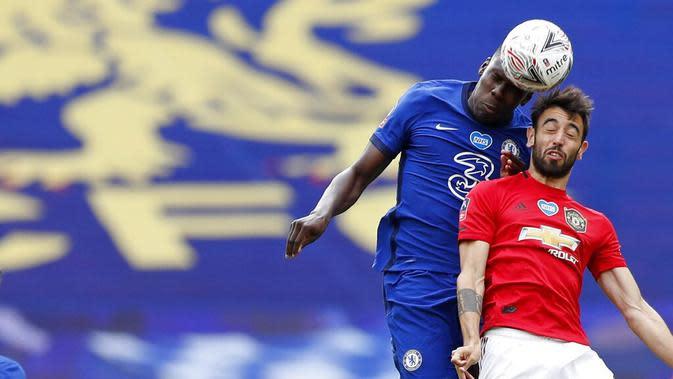 Gelandang Manchester United, Bruno Fernandes, duel udara dengan pemain Chelsea, Kurt Zouma, pada laga Piala FA di Stadion Wembley, Minggu (19/7/2020). Chelsea menang dengan skor 3-1. (AP/Alastair Grant, Pool)