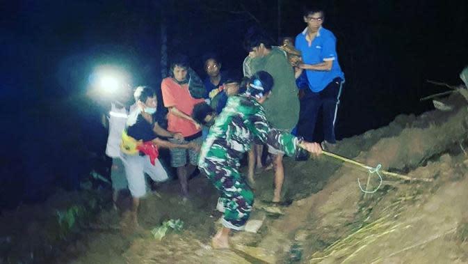 Anggota TNI bersama sejumlah warga saat mengevakuasi korban tanah longsor di Kecamata Anreapi, Polman (Liputan6.com/Abdul Rajab Umar)