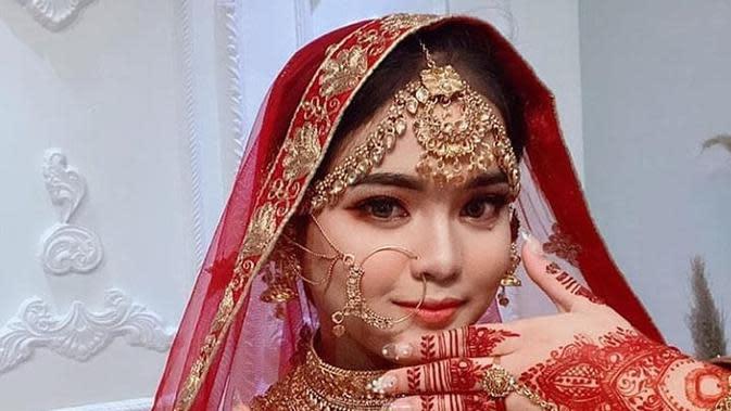 Putri DA tampil memukau dengan busana khas India. (Sumber: Instagram/@da4_putri03)