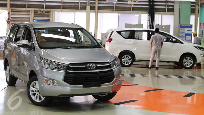 Foto yang diambil pada 16 November 2015 memperlihatkan pekerja mengendarai mobil All News Kijang Innova di Pabrik TMMIN Karawang. Mobil baru tersebut akan memberi warna baru pada perkembangan pasar MPV dalam negeri. (Liputan6.com/Angga Yuniar)