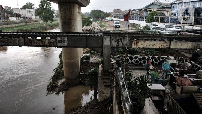 Warga Rawajati saat bersantai di pinggiran Kali Ciliwung di kawasan RW 07 Rawajati, Kecamatan Pancoran, Jakarta, Selasa (22/9/2020). (merdeka.com/Iqbal S. Nugroho)