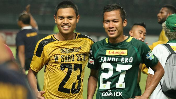 Wahyu Subo Seto (kanan) berpeluang menyusul sang kakak, Fandi Eko Utomo, untuk memperkuat Persebaya Surabaya. (Bola.com/Aditya Wany)