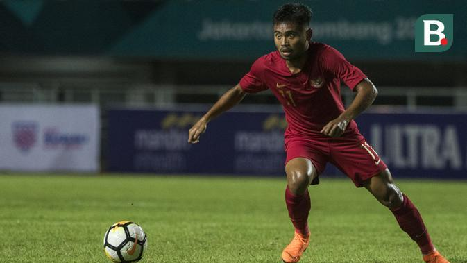 Gelandang Timnas Indonesia, Saddil Ramdani, mengontrol bola saat melawan Thailand pada laga PSSI 88th U-19 di Stadion Pakansari, Jawa Barat, Minggu (23/9/2018). Kedua negara bermain imbang 2-2. (Bola.com/Vitalis Yogi Trisna)