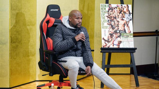 Floyd Mayweather Jr mendengarkan pertanyaan awak media selama konferensi pers di Tokyo (29/12). Mayweather akan melawan kickboxer Jepang Tenshin Nasukawa dalam pertandingan eksibisi tiga putaran di Jepang pada Malam Tahun Baru. (AP Photo/Eugene Hoshiko)