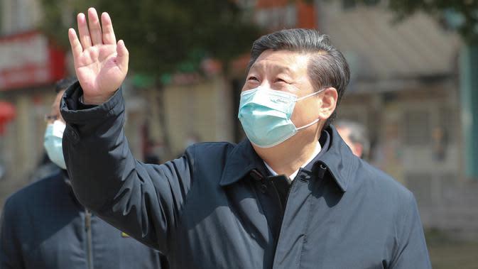 Presiden China Xi Jinping melambaikan tangan kepada warga yang dikarantina di rumah serta menyampaikan salam kepada mereka di sebuah area permukiman di Wuhan, 10 Maret 2020. Xi melakukan inspeksi terkait upaya pencegahan dan pengendalian wabah virus corona di Wuhan. (Xinhua/Xie Huanchi)