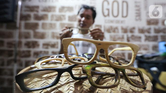 Pengrajin Yuyud, membuat kacamata dari limbah kayu di Jalan Salak, Pamulang, Tangerang Selatan, Senin (12/10/2020). Produksi kacamata yang dimulai sejak Januari 2019 terbuat dari limbah kayu jati landa dan kayu sonokeling ini dibalut dengan cat pernis. (Liputan6.com/Fery Pradolo)