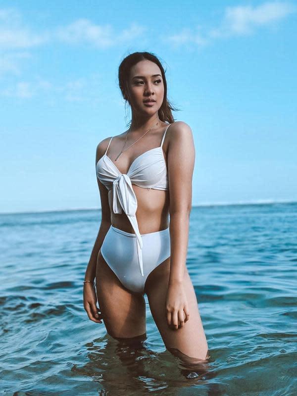 Anya Geraldine dengan bikini di pantai (Instagram/anyageraldine)