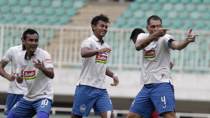 Pemain PSIS Semarang, Wallace Costa merayakan golnya ke gawang PS Tira Persikabo. (Bola.com/Yoppy Renato Manalu)