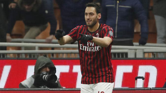 Gelandang AC Milan, Hakan Calhanoglu berselebrasi usai mencetak gol ke gawang Torino pada perempat final Coppa Italia di stadion San Siro, Milan (28/1/2020). Calhanoglu mencetak dua gol dipertandingan ini dan mengantra Milan menang 4-2 atas Torino. (AP Photo/Antonio Calanni)