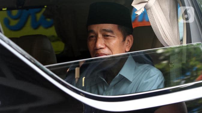 Presiden Joko Widodo atau Jokowi saat akan mengantar jenazah ibundanya Sudjiatmi Notomihardjo untuk dimakamkan, Solo, Jawa Tengah, Kamis (26/3/2020). Jenazah Sujiatmi Notomijarjo akan dimakamkan di lokasi pemakamn keluarga di Kabupaten Karanganyar. (Liputan6.com/Fajar Abrori)