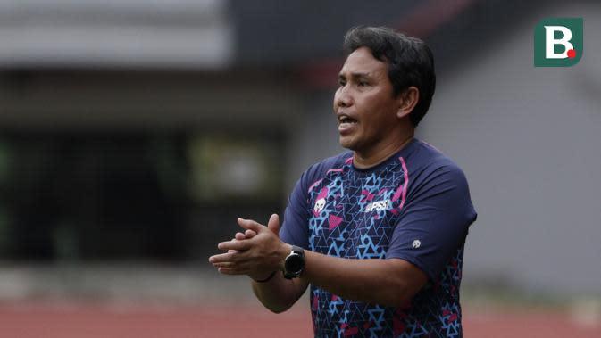 Pelatih Timnas Indonesia U-16, Bima Sakti, memberikan arahan saat melawan tim Piala Soeratin Bekasi U-17 pada laga uji coba di Stadion Patriot, Kota Bekasi, Jumat (13/3/2020). Kedua tim bermain imbang 1-1. (Bola.com/M Iqbal Ichsan)