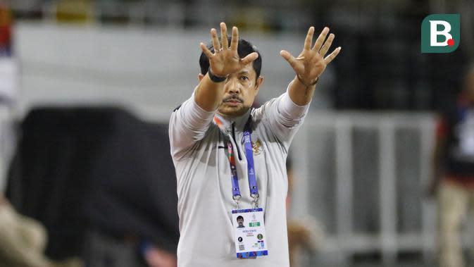 Pelatih Timnas Indonesia U-22, Indra Sjafri, saat laga kontra Vietnam di Stadion Rizal Memorial, Manila, Minggu (1/12/2019). (Bola.com/Muhammad Iqbal Ichsan)