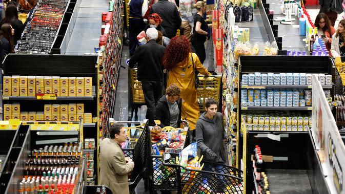 Orang-orang berbelanja di sebuah supermarket ketika yang lain mulai menimbun persediaan di Beirut, Lebanon, Rabu (11/3/2020). Total ada 61 orang yang dinyatakan positif virus Corona COVID-19 di Lebanon dimana pasien pertama sudah dinyatakan sembuh dan terbebas dari virus itu. (AP/Hussein Malla)