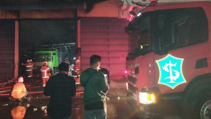 Top 3 Surabaya: Dinas PMK Kerahkan 37 Mobil Damkar Atasi Kebakaran di Margomulyo