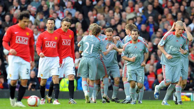 Para pemain Liverpool merayakan gol yang dicetak Fabio Aurelio ke gawang Manchester United pada laga Liga Inggris di Stadion Old Trafford, Inggris, Sabtu (14/3/2009). MU kalah 1-4 dari Liverpool. (AFP/Andrew Yates)