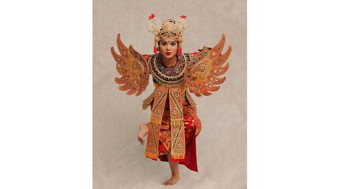 6 Gaya Syandria Cicit Soekarno saat Pakai Baju Tradisional,Tampil Modis (sumber: Instagram.com/syandria)