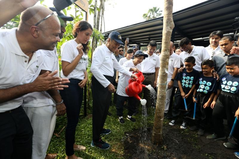 Prime Minister Tun Dr Mahathir Mohamad, Tun Dr Siti Hasmah and Dr Xavier Jeyakumar (back row, third right) at the Earth Day celebration at Taman Tugu Nursery in Kuala Lumpur April 20,2019. — Picture by Ahmad Zamzahuri