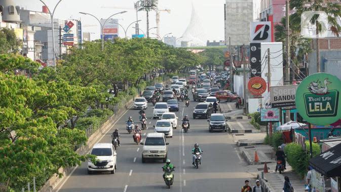 Suasana arus lalu lintas di Jalan Margonda Raya, Depok, Rabu (15/1/2020). Wakil Walikota Depok Pradi Supriatna mengatakan rencana revitalisasi jalur sepeda di Jalan Margonda akan dimulai pada 2020 sebagai upaya memberi ruang pesepeda serta mengurangi polusi udara. (Liputan6.com/Immanuel Antonius)