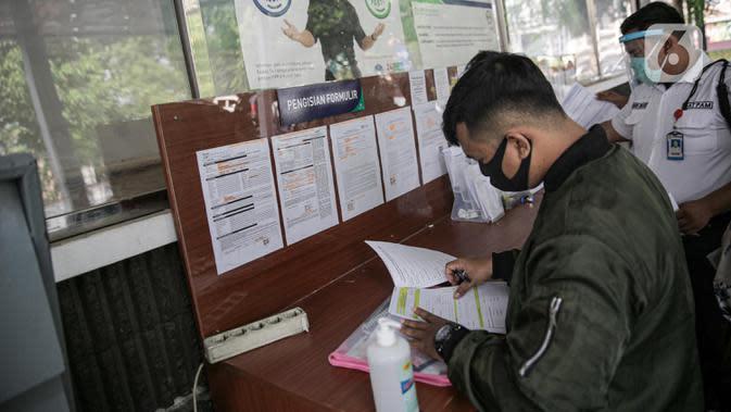 Warga mengisi formulir proses turun kelas di Kantor BPJS Kesehatan Cabang Jakarta Selatan, Jumat (15/5/2020). Pemerintah akan menaikkan iuran BPJS Kesehatan pada 1 Juli 2020 menjadi Rp150.000 untuk kelas I, Rp100.000 untuk kelas II dan Rp42.000 untuk kelas III (Liputan6.com/Faizal Fanani)