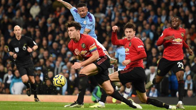 Harry Maguire dan Victor Lindelof tampil disiplin dalam mengawal pertahanan Manchester United pada laga melawan Manchester City. (AFP/Oli Scarff)
