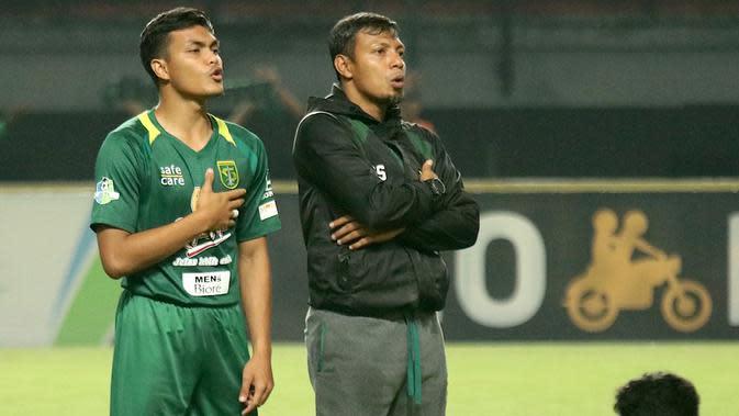 Dua generasi Persebaya Surabaya, Rachmat Irianto (kiri) dan sang ayah yang kini menjadi asisten pelatih Bajul Ijo, Sugiantoro. (Bola.com/Aditya Wany)