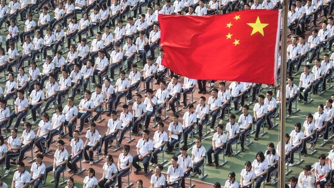 Siswa mengikuti upacara pembukaan semester baru di SMA Wuhan, ibu kota Provinsi Hubei, China, 1 September 2020. Total 2.842 taman kanak-kanak, sekolah dasar dan sekolah menengah di Wuhan, kota besar yang pernah dilanda parah covid-19, telah dibuka kembali untuk sekitar 1,4 juta siswa. (Xinhua/Xiao Y