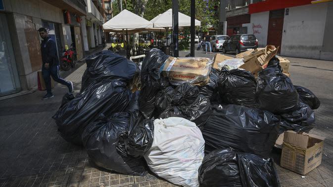 Tumpukan sampah terlihat di Santiago (14/11/2019). Demo yang semakin keras juga disertai aksi mogok nasional termasuk petugas sampah di negara kaya minyak di Amerika Selatan tersebut. (AFP/Javier Torres)