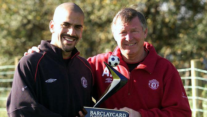 Mantan pemain Manchester United, Juan Sebastian Veron dan Sir Alex Ferguson saat masih berkerja sama sebagai pemain dan pelatih. (Guardian)
