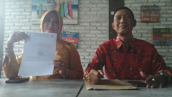 Kadinkes Kabupaten Cirebon Enny Suhaeni dan Dirut RUSD Waled Budi S Soenjaya memberikan keterangan pers terkait dugaan infeksi virus corona terhadap warga Cirebon SH. Foto (Liputan6.com / Panji Prayitno)