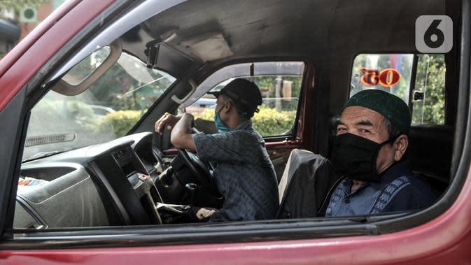 Warga mengenakan masker saat beraktivitas di kawasan Pancoran Mas, Depok, Jawa Barat, Rabu (26/8/2020). Pemerintah Kota Depok mencatat sebanyak 48 kelurahan dari 11 kecamatan di Kota Depok masuk dalam kategori Zona Merah penularan COVID-19. (merdeka.com/Iqbal S. Nugroho)