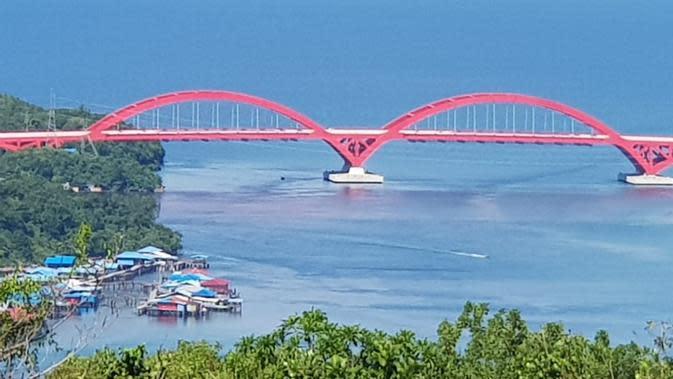 Jembatan Holtekamp Jayapura yang dilihat dari ketinggian di Bukit Skyline. (Liputan6.com/Katharina Janur)