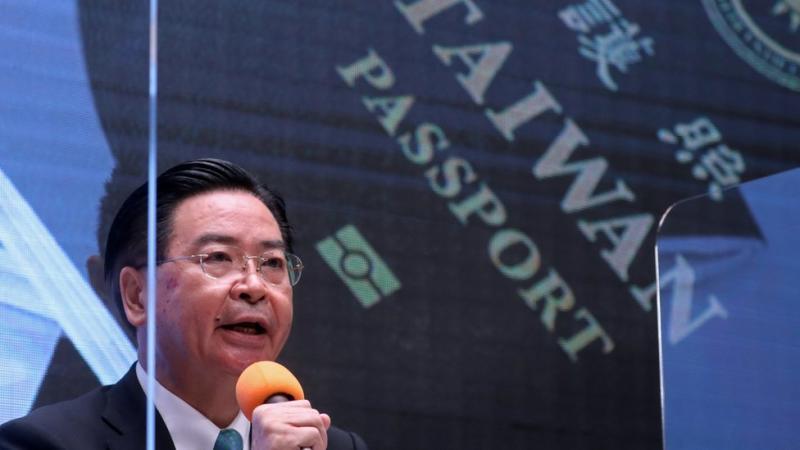 Menteri luar negeri Taiwan Joseph Wu meluncurkan paspor baru pada hari Rabu