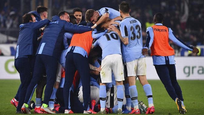 Para pemain Lazio merayakan kemenangan atas Inter Milan pada laga Serie A di Stadion Olympico, Minggu (16/2/2020). Lazio menang 2-1 atas Inter Milan. (AP/Alfredo Falcone)