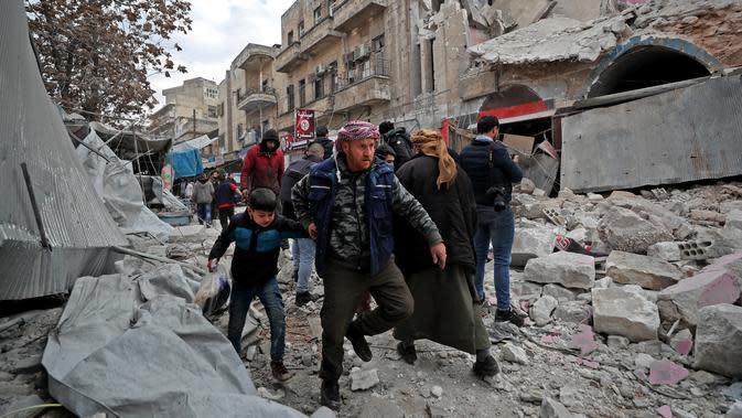 Suasana lokasi serangan udara pasukan rezim di Kota Ariha, Idlib, Suriah, Rabu (15/1/2020). Puluhan ribu orang terpaksa kabur dari provinsi yang menjadi rumah bagi sekitar tiga juta penduduk. (Omar HAJ KADOUR/AFP)