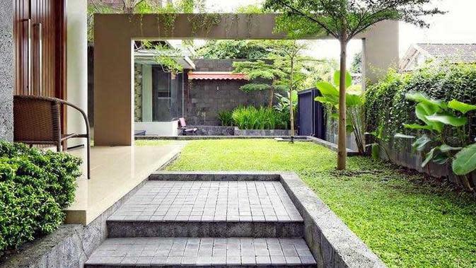 Taman minimalis berkesan rapi karya Hbarsitekplus. (dok. Arsitag.com)
