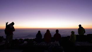 新冠疫情:日本富士山時隔一年再次開放,登山客山頂迎日出